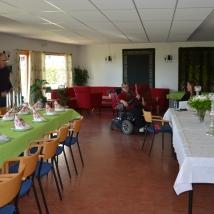 Dagen før feriringen ble lokalet fint pyntet./The hall was beautifully decorated the day before.