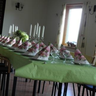 Pynting av bord og lokale fikk jeg assistanse til av en av mine assistenter Gunhild Hårklau Sollid./I had assistance decorating the tables and the hall from one of my assistants, Gunhild Hårklau Sollid.