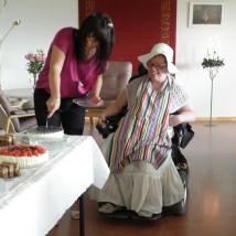 Ann Kristin skjærer kake/Ann Kristin cutting the cake.