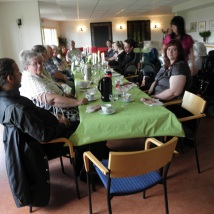 Lunsj med familie, slekt og venner: Frode, Gunhild, pappa, mamma, Lise, Thomas, Monica, m.fl./Lunch with my family, relatives and friends: Frode, Gunhild, dad, mom, Lise, Thomas, and Monica, among others.