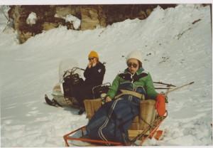 Jeg og Monica på scootertur, muligens til Kvanhagairasta -Lars sin scooter og slede. Vi hadde  juksa til sete av en lenestol. Foto: Privat