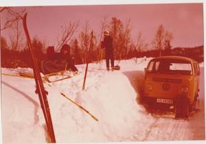 På tur til hytta - før 1980. Første VW-sleden er heimelaga, gubben skal være hest. Arthur i bakgrunnen. Foto: Privat