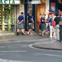 Her ser vi dem på tur til nærmeste pub/There they are on their way to the closest pub. Foto: Silje Karin Storvig