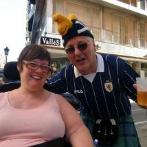 Festglade skotter på vår vei gjennom Alicante/Festive Scots on our way through Alicante. Foto: Silje Karin Storvig