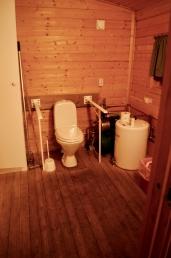 Tilrettelagt toalett inne på hytta/Adapted WC inside the cottage