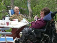 Jeg og min far spiser lunsj utenfor hytta. Foto: Privat