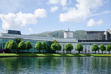 Kulturskolebygget i Bergen, og litt av Kode museum. Foto: Marta Øgaard