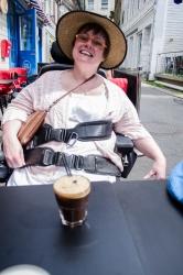 Kaffe på Roll & Rock i Skostredet med ny hatt på. Foto: Marta Øgaard