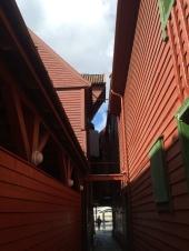 Et av smauene innimellom de gamle hanseaterbygningene på Bryggen i Bergen. Foto: Ann Beathe Dimmen Sæther